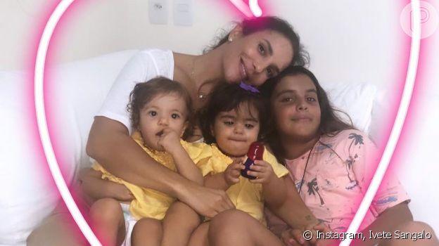 Ivete Sangalo, sem maquiagem, posa com os filhos