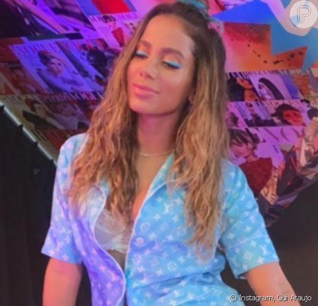 Anitta usa look estiloso e recebe famosos em programa na TV