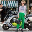 Calça jogger com uma pegada mais fashion e descolada: top com blusa segunda pele por cima e bota