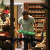 Marcos Palmeira trabalha e atende clientes em sua loja de alimentos orgânicos