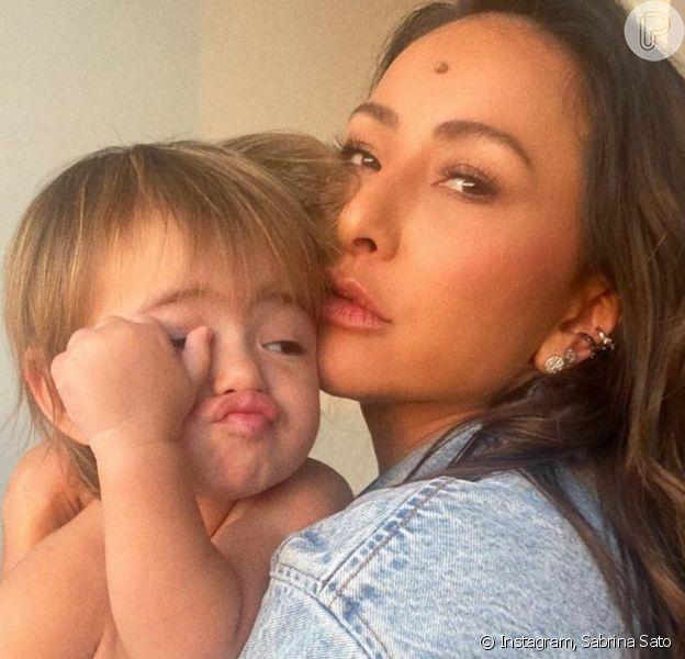 Sabrina Sato combina look animal print com a filha, Zoe
