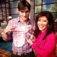 Ashton Kutcher recebe roupinha de bebê das mãos de Sharon Osbourne, no programa 'The Talk'