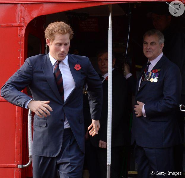 Príncipe Harry anda de ônibus no London's Poppy Day nesta quinta-feira, 30 de outubro de 2014