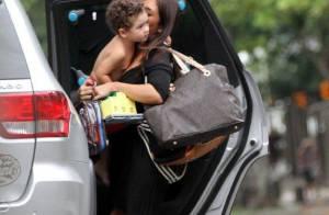 Daniele Suzuki vai à casa do ex buscar filho e ganha um beijo