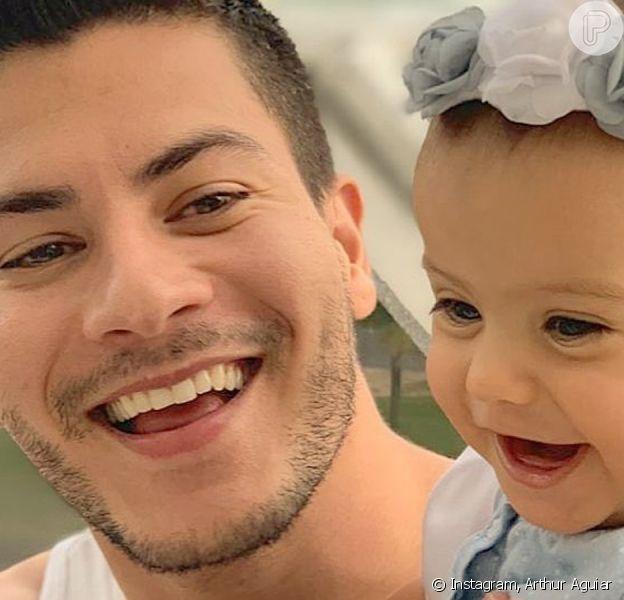 Arthur Aguiar grava vídeo com filha e Mayra Cardi explica
