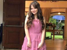 Sophia Valverde relembra look usado em casamento nos bastidores de novela
