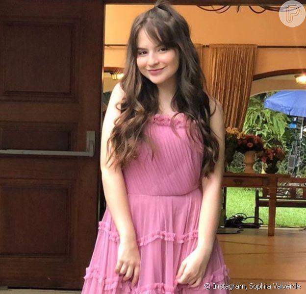 Sophia Valverde exibe vestido usado em casamento na novela 'As Aventuras de Poliana'