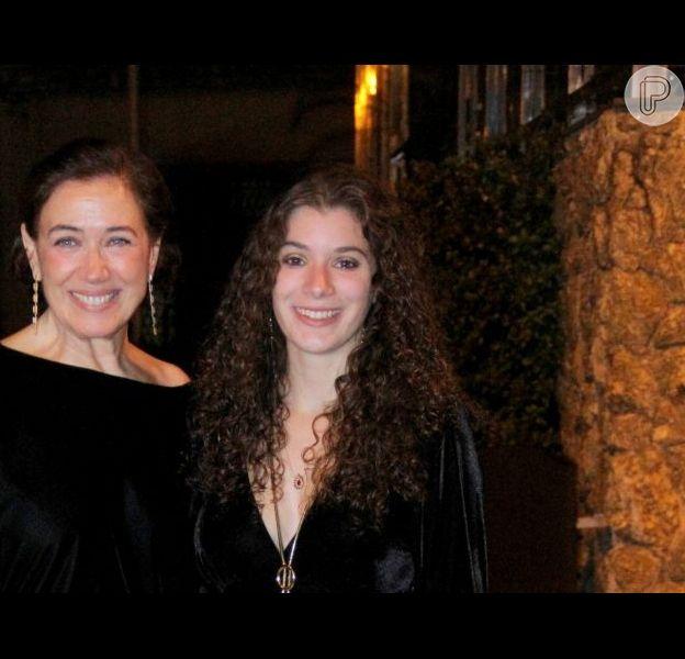 Lilia Cabral e a filha, Giulia Bertolli, dançaram a música 'Desce para o play'