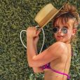 Larissa Manoela usa biquíni rosa com alças finas