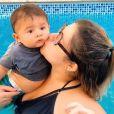 Marília Mendonça usa biquíni preto em dia na piscina com filho, Léo