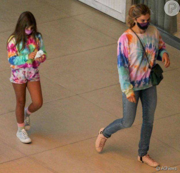 Grazi Massafera combina look tie dye com filha, Sofia, de 8 anos