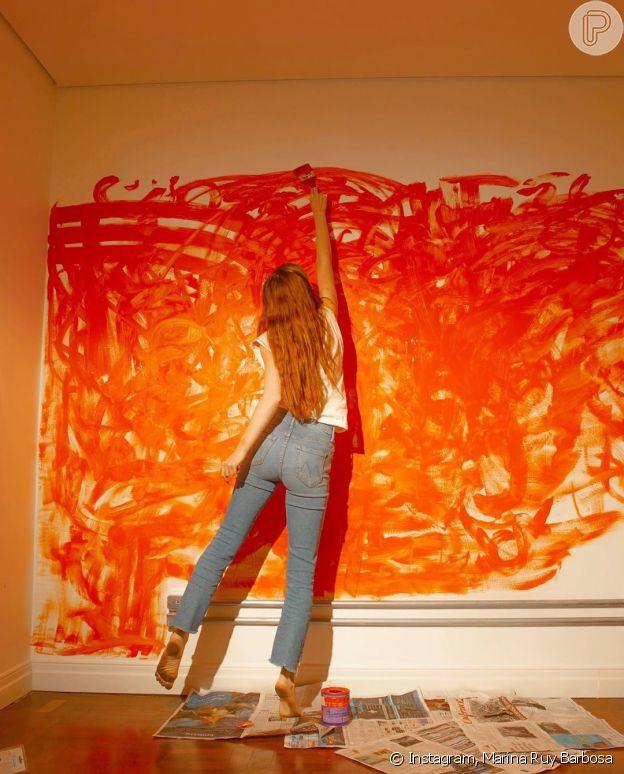 Marina Ruy Barbosa em foto pintando parede