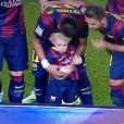 Aparentando estar assustado, Davi Lucca, filho de Neymar, entrou em campo com o pai