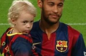 Neymar entra em campo com o filho, Davi Lucca, em jogo do Barcelona