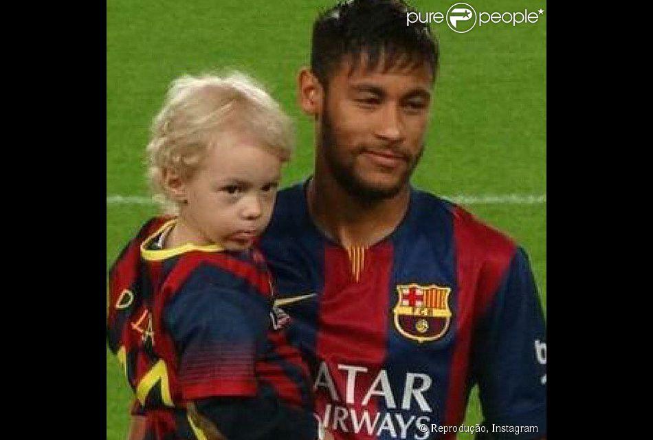 Neymar entra em campo com o filho, Davi Lucca, em jogo do Barcelona, na Espanha, neste sábado, 1º de novembro de 2014