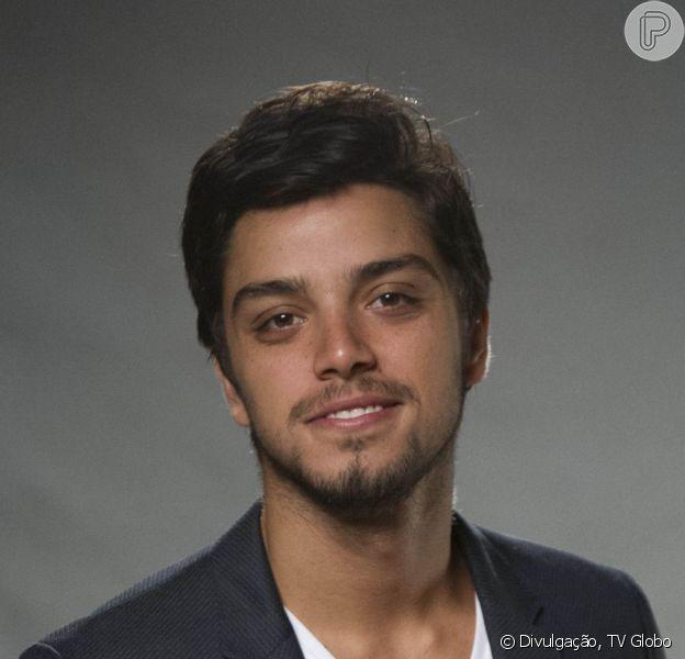 Na novela 'Salve-se Quem Puder', Alejandro (Rodrigo Simas) é um cantor ex-namorado de Luna (Juliana Paiva)