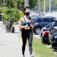 Isis Valverde usa top colorido para treino