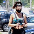 Isis Valverde faz exercício na academia