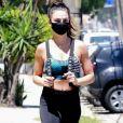 Isis Valverde usa máscara preta para ir à academia