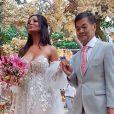 Carol Nakamura foi levada ao altar pelo pai, San Nakamura, e usou um vestido tomara que caia com transparência nas mangas