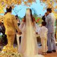 Carol Nakamura e Guilherme Leonel se casaram diante de quatro casais de padrinhos