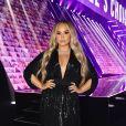 Demi Lovato  Demi elegeu vestido preto G reta Constantine , com muito brilho, para dar fim à cerimônia no  E! People's Choice Awards 2020