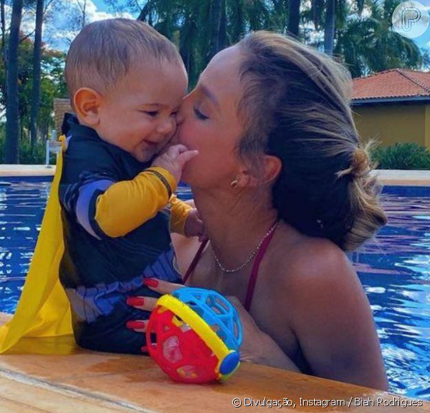 Mulher de Sorocaba, Biah Rodrigues curte piscina de biquíni com o filho, Theo, em 21 de novembro de 2020