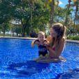 Mulher de Sorocaba, Biah Rodrigues posa de biquíni em piscna com o filho