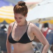 Ex-BBB Ana Clara exibe corpo em biquíni cortininha e renova bronze na praia