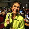 Sandra Annenberg posa com o troféu do Melhores do Ano, na redação do 'Jornal Hoje', em 4 de março de 2013
