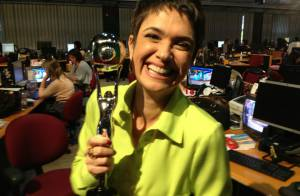 Sandra Annenberg leva troféu do Melhores do Ano para a redação do 'Jornal Hoje'