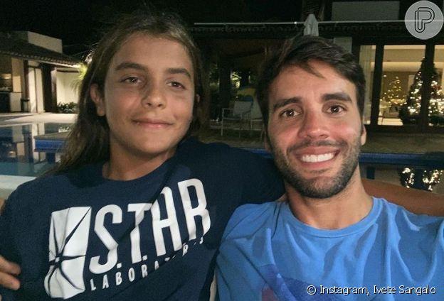 Filho de Ivete Sangalo chama atenção de Xuxa Meneghel em foto com família