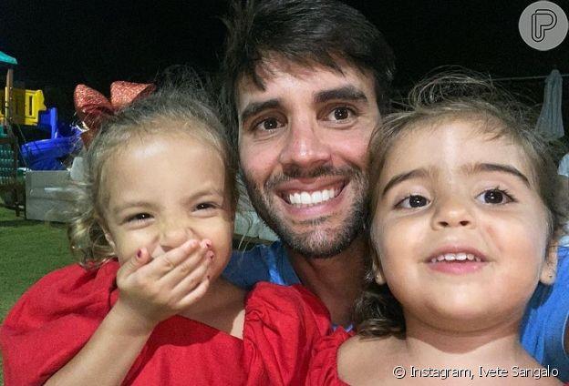 Marido de Ivete Sangalo posa com filhas gêmeas do casal em foto