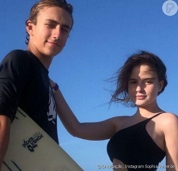 Sophia Valverde e Enzo Krieger posaram juntos em uma praia do Nordeste e agitaram a web