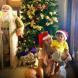 Marília Mendonça usou gorro de Papai Noel em foto com o filho, Léo, no Natal