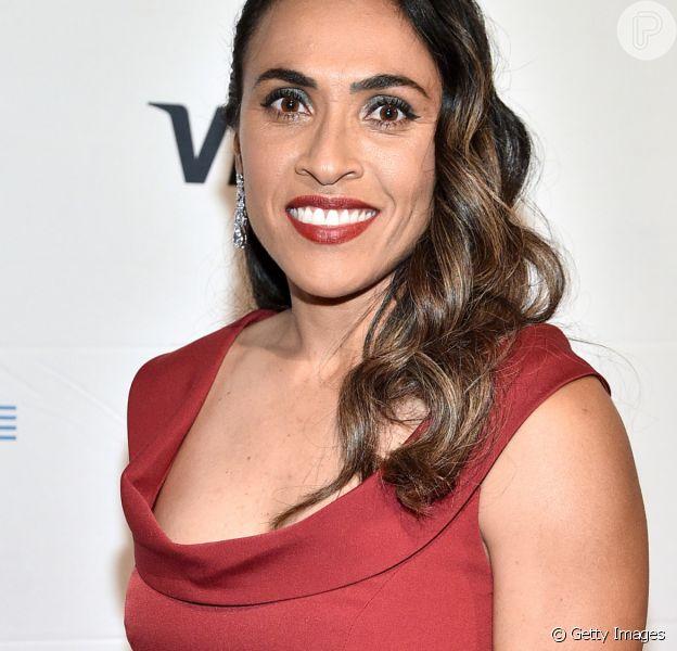 Rainha no altar! Marta Silva pede namorada em casamento e famosos vibram: 'Lindas'
