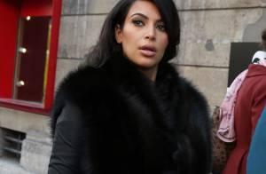 Kim Kardashian usa casaco de pele que disfarça a barriga de grávida
