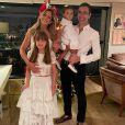 Ticiane Pinheiro valoriza cintura em maiô com recortes e explica 'sumiço' de Tralli: 'Férias'
