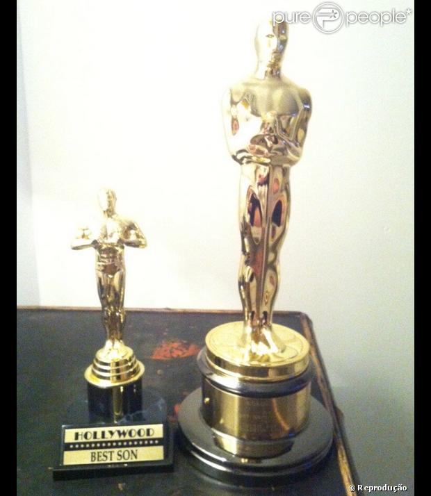 Após receber o Oscar por 'Melhor Canção', Adele presentou o filho, Angelo, com uma miniatura da estatueta dourada por 'Melhor Filho'