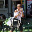 Flávia Sampaio bebe um suco enquanto caminha