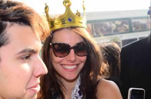 Mel Fronckowiak, namorada de Rodrigo Santoro, é recebida por fãs com festa