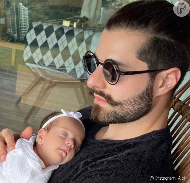 Alok aponta semelhança com filha, Raika, em foto com a bebê no colo: 'Ela é minha cara'