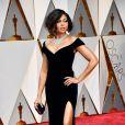 Taraji P. Henson no Oscar 2017 esbanjou elegância e sensualidade com esse modelo de vestido longo, justo, com ombros à mostra e fenda na perna