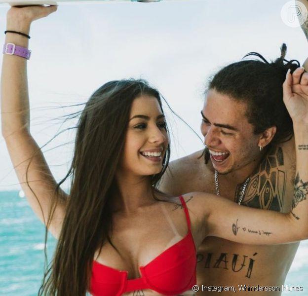 Maria Lina e namorado, Whindersson Nunes, apareceram num barco em alto mar
