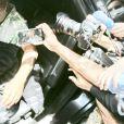 Cantor Belo é solto e aparece em fotos deixando a cadeia