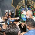 Cantor Belo deixa cadeia no Rio e é flagrado por paparazzi