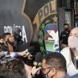 Cantor Belo é recepcionado pela imprensa ao deixar cadeia