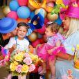 Zé Neto comemora mesversário da filha com filho e mulher, Natália Toscano
