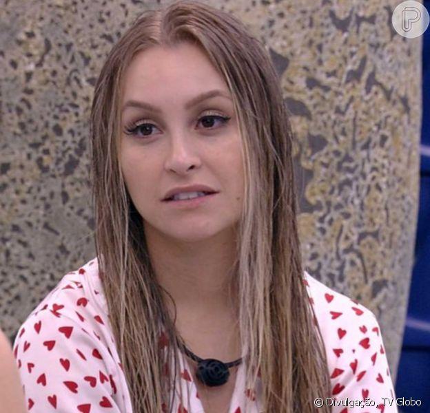 'BBB 21': Carla Diaz beija pescoço de Arthur e lembra promessa sobre edredom. 'Pode mudar'