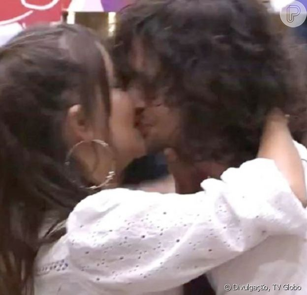 No 'BBB21', Fiuk beija Thaís em festa